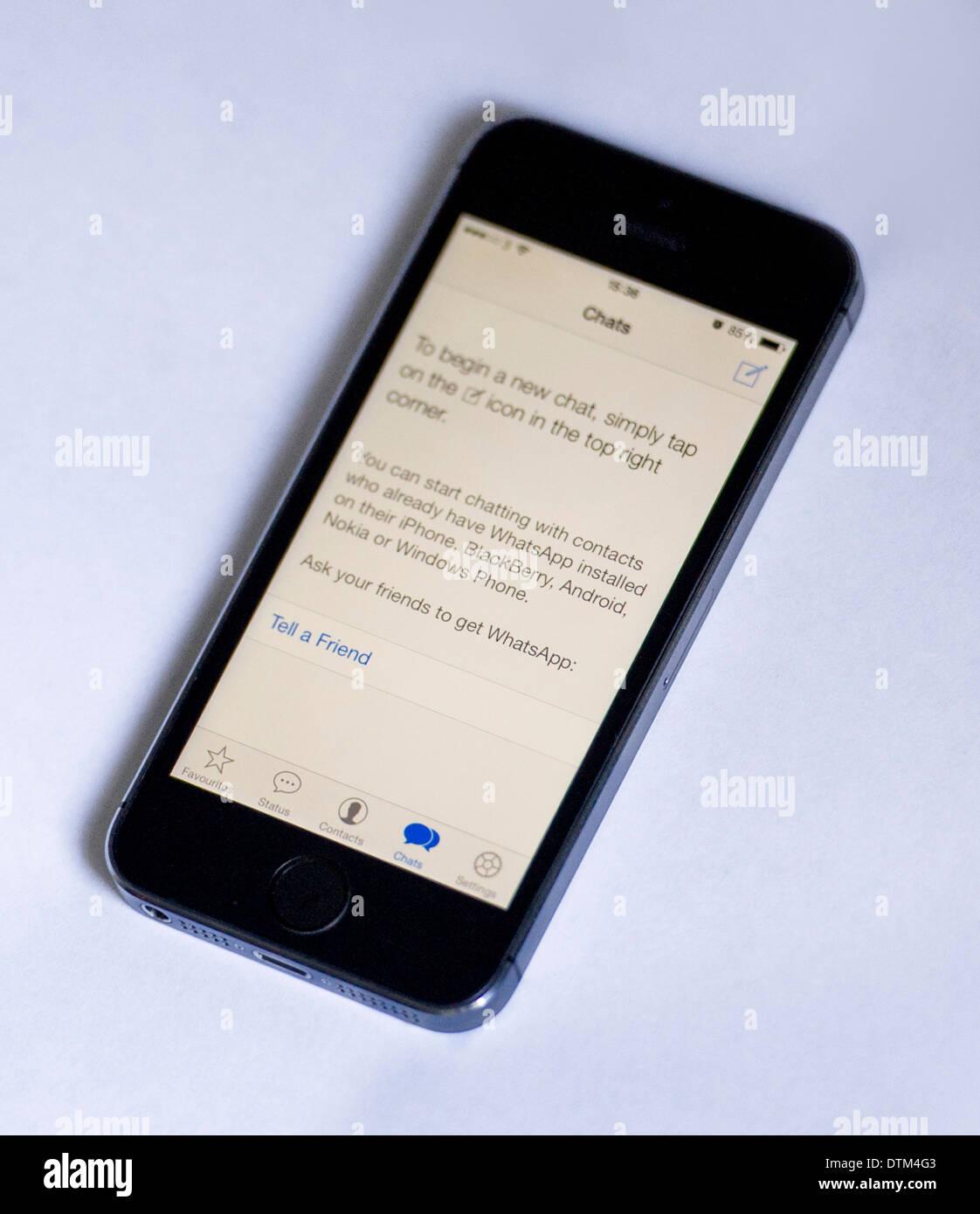 Ein iPhone 20 s auf weißem Hintergrund, zeigt die Whatsapp app ...