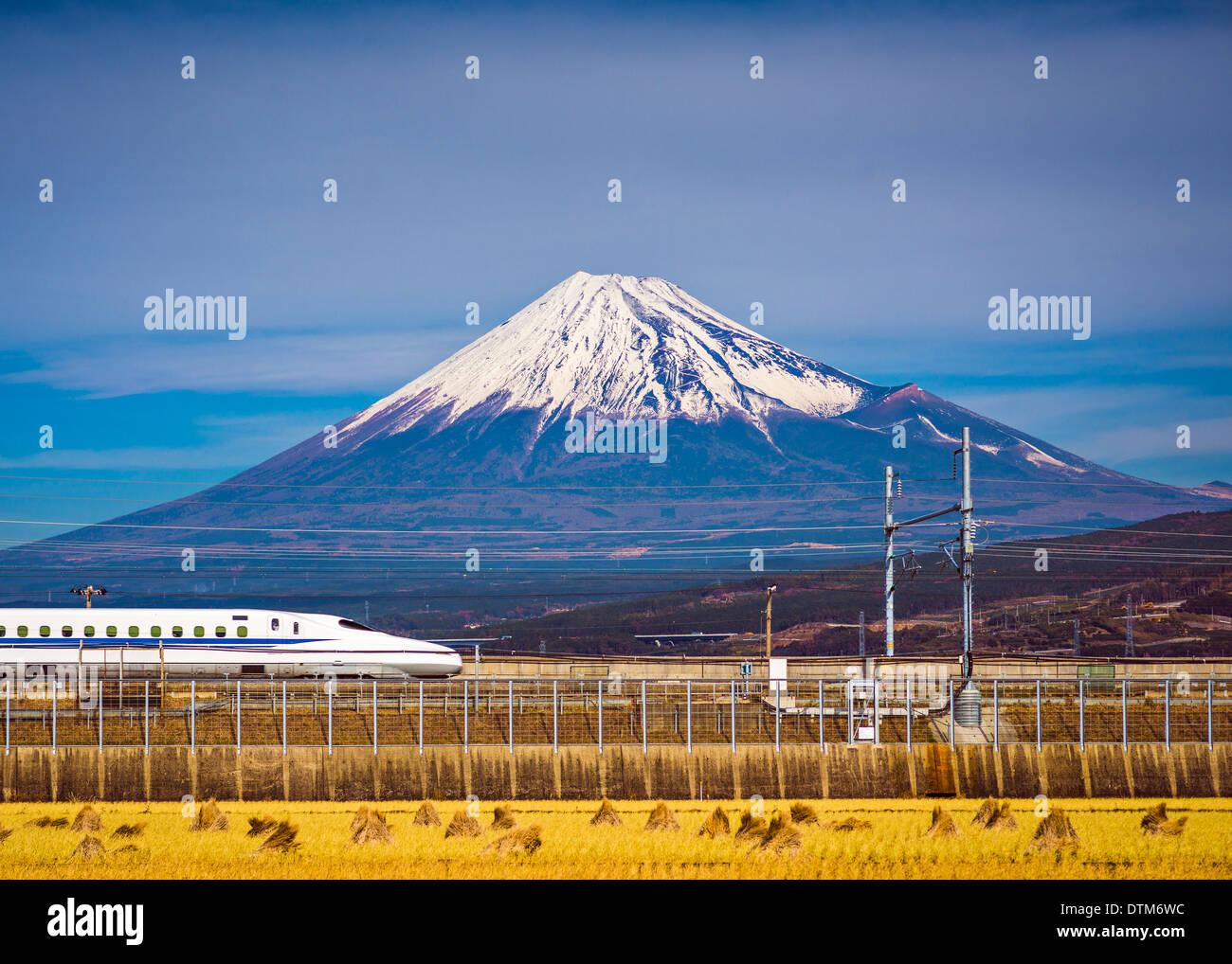 Mt. Fuji in Japan mit einem Zug unterhalb. Stockfoto