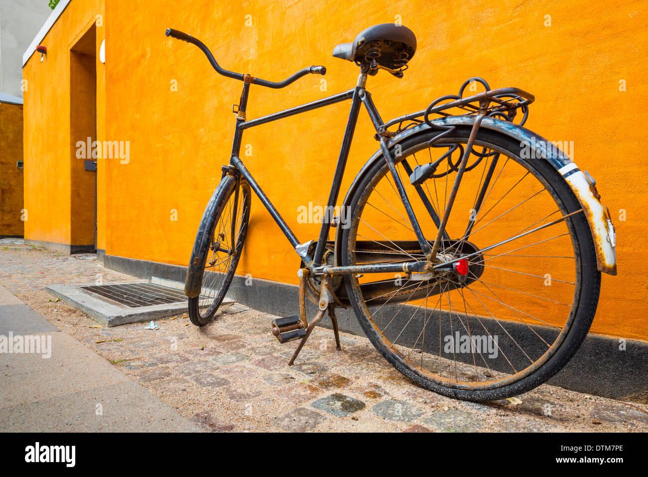 Ein Fahrrad auf dem Bürgersteig in Kopenhagen, Dänemark. Stockbild