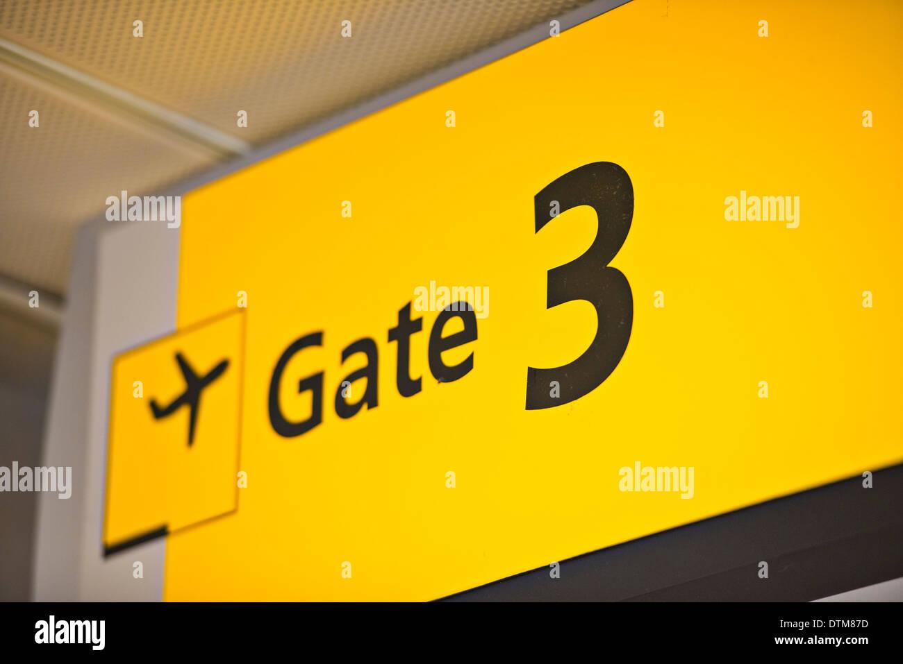 Tor 3 Zeichen auf einem Flughafen. Stockbild