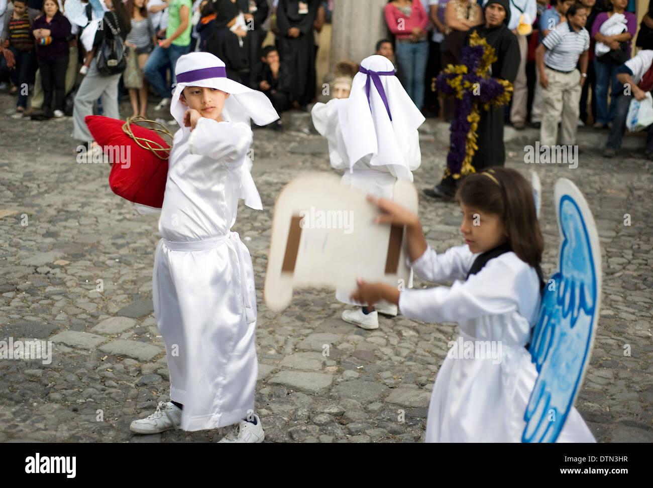 Kinder-Teilnehmer in einer Prozession während der Semana Santa (Karwoche) in Antigua, Guatemala. Stockfoto