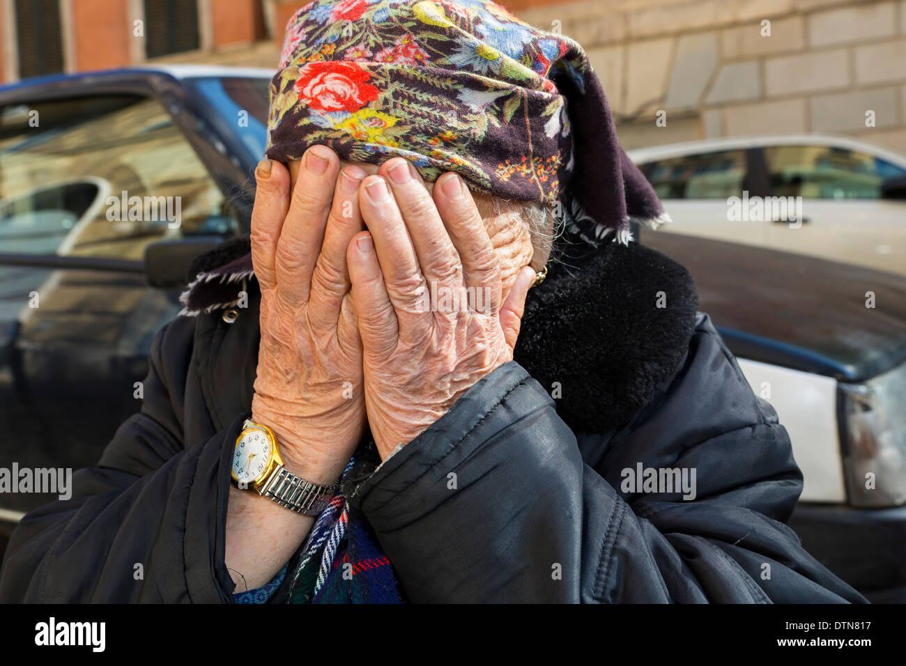Alte Dame für ihr Gesicht Stockbild