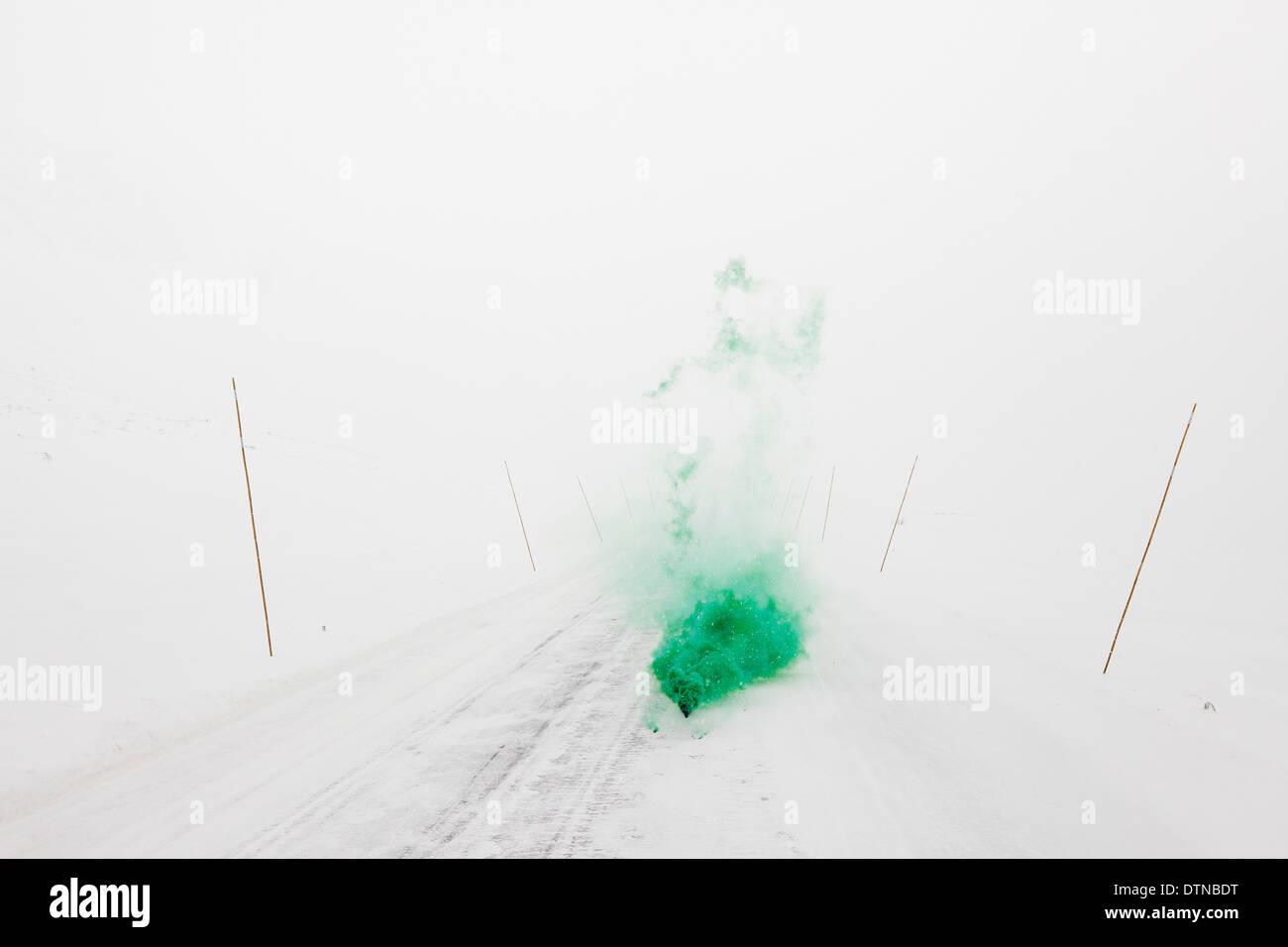 farbigen Rauch in minimalistischen Schneelandschaft Stockbild