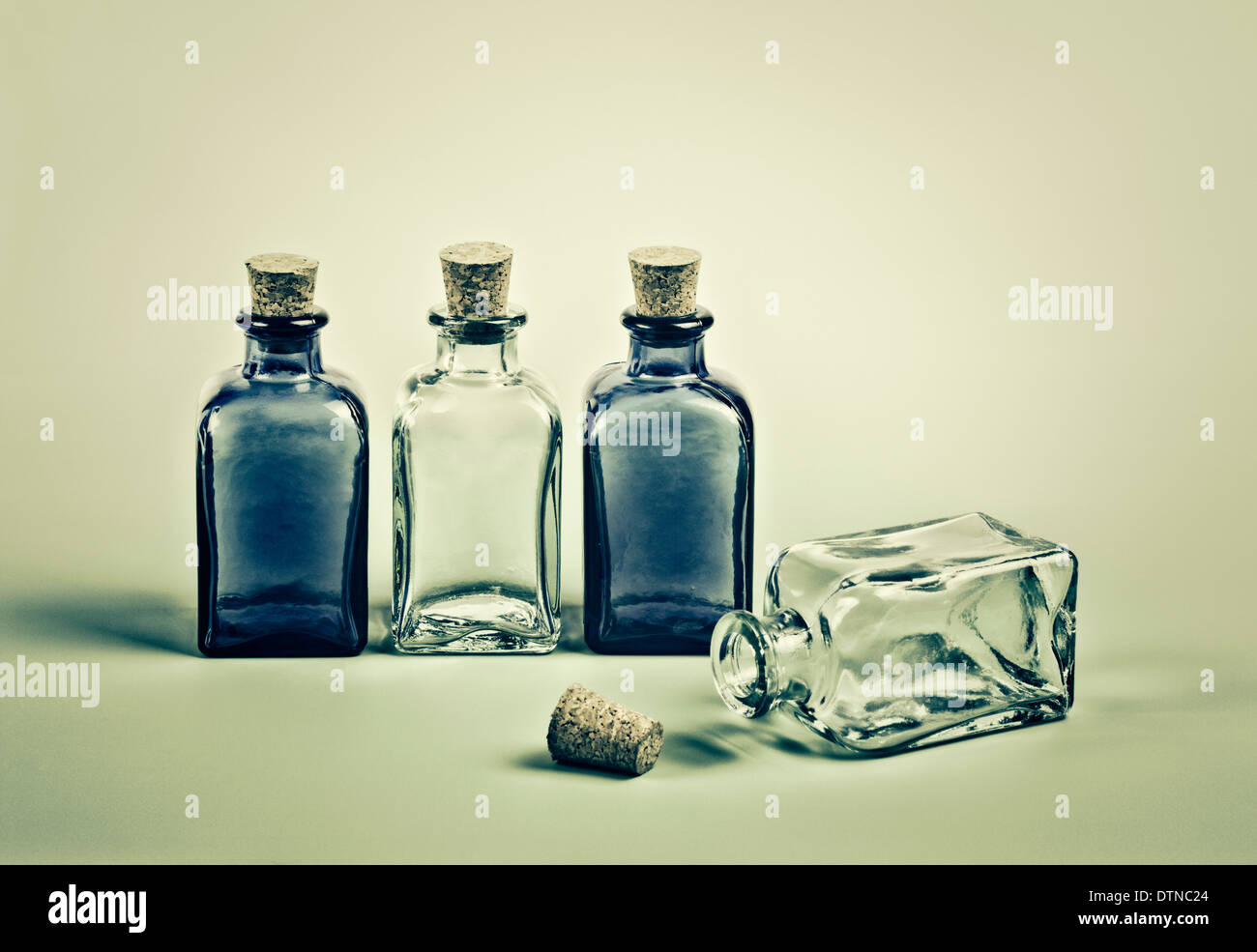 Vier leeren Mini Glasflaschen Stockbild