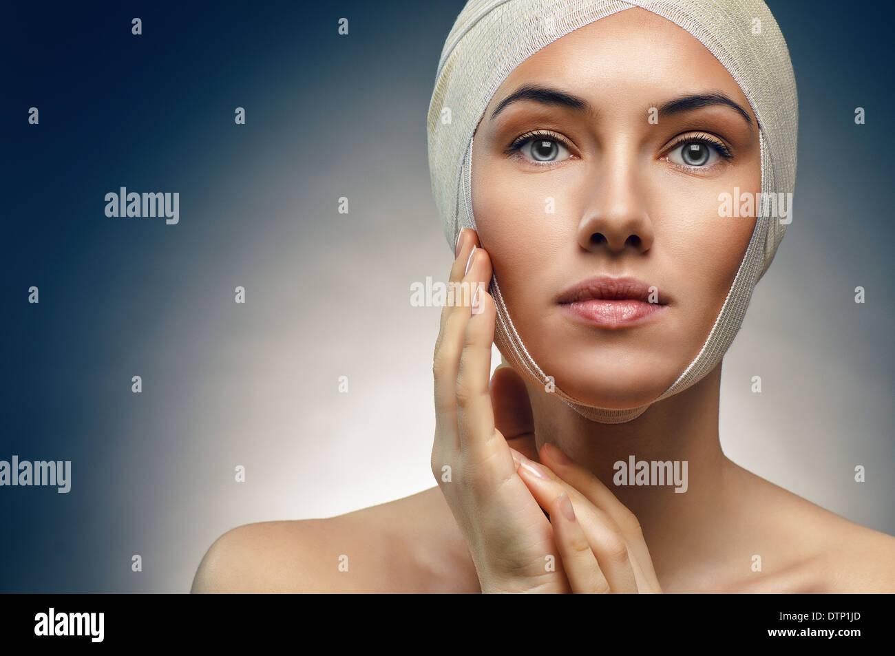 Schönheit Frau auf blauem Hintergrund Stockbild