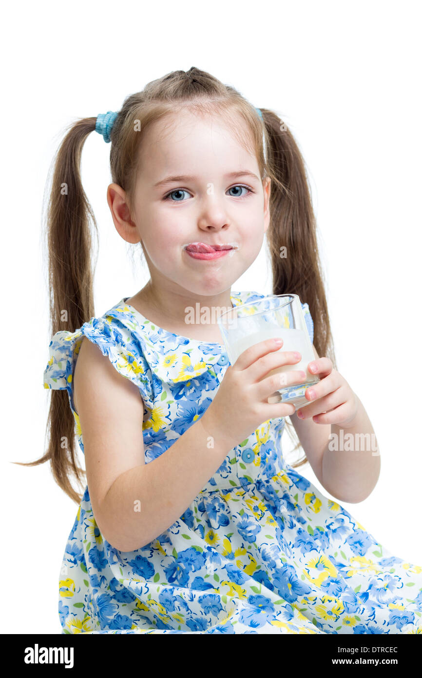 Lustige Kinder trinken, Joghurt oder Kefir isoliert auf weiss ...