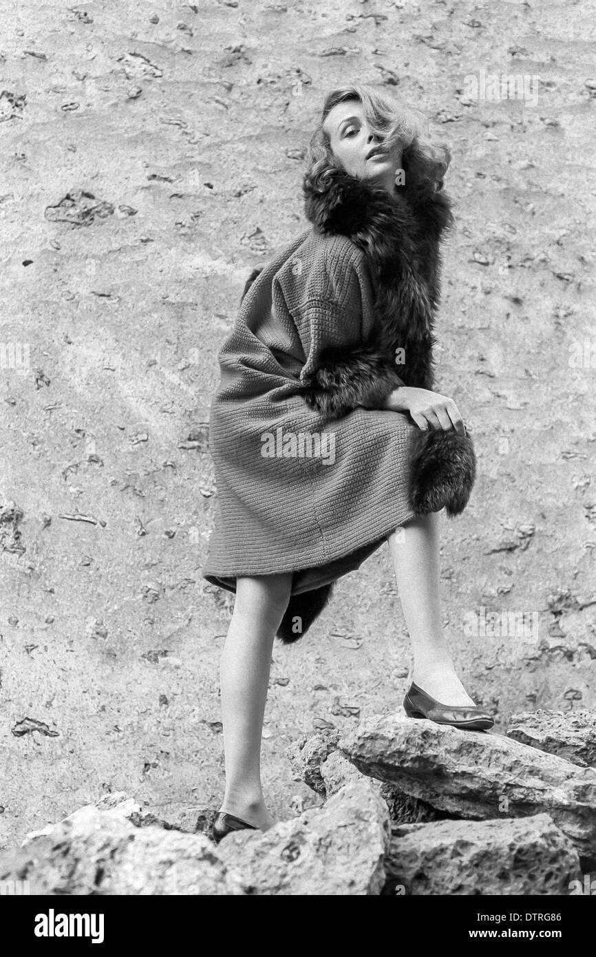 60er Jahre Mode Modell Mit Pelzmantel Stockfoto Bild 66900518 Alamy