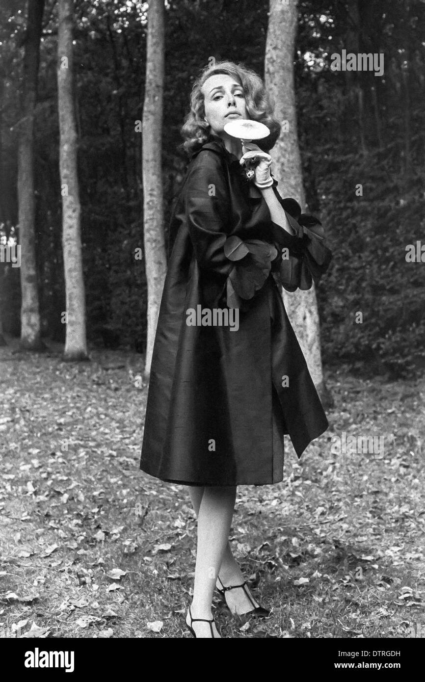 60er jahre mode modell mit schwarzem mantel und pilz posiert im wald stockfoto bild 66900669. Black Bedroom Furniture Sets. Home Design Ideas