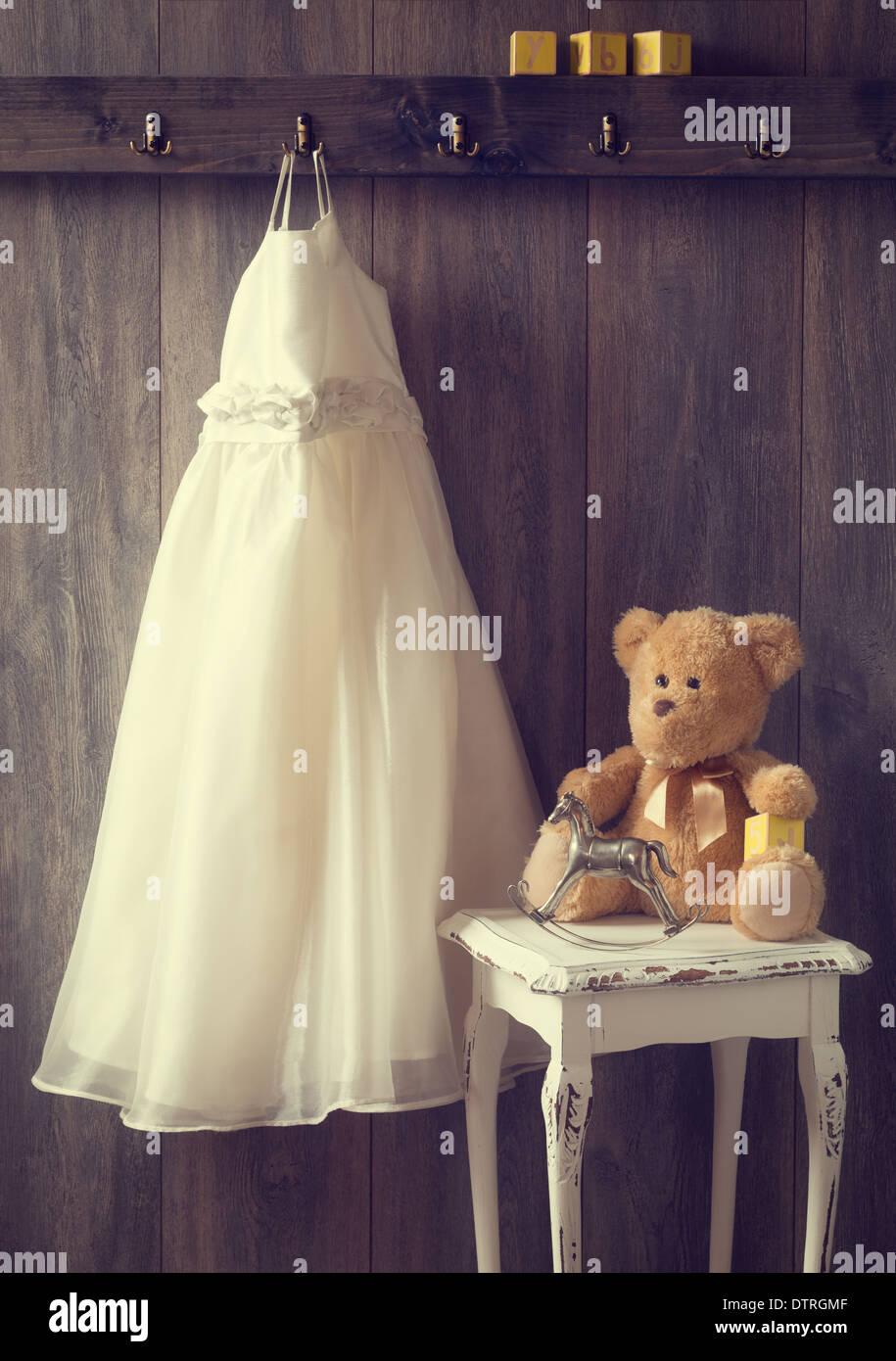 Kleines Mädchen Zimmer Mit Hängenden Kleid Und Tisch Mit Teddy Und  Schaukelpferd   Getönten Vintage Stockbild