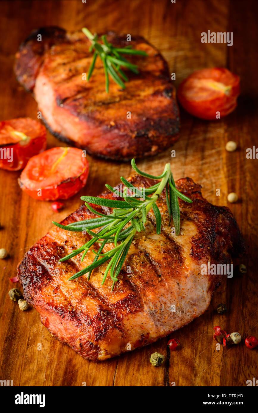 Stillleben mit hausgemachten Grillspezialitäten Steak und Rosmarin Stockbild