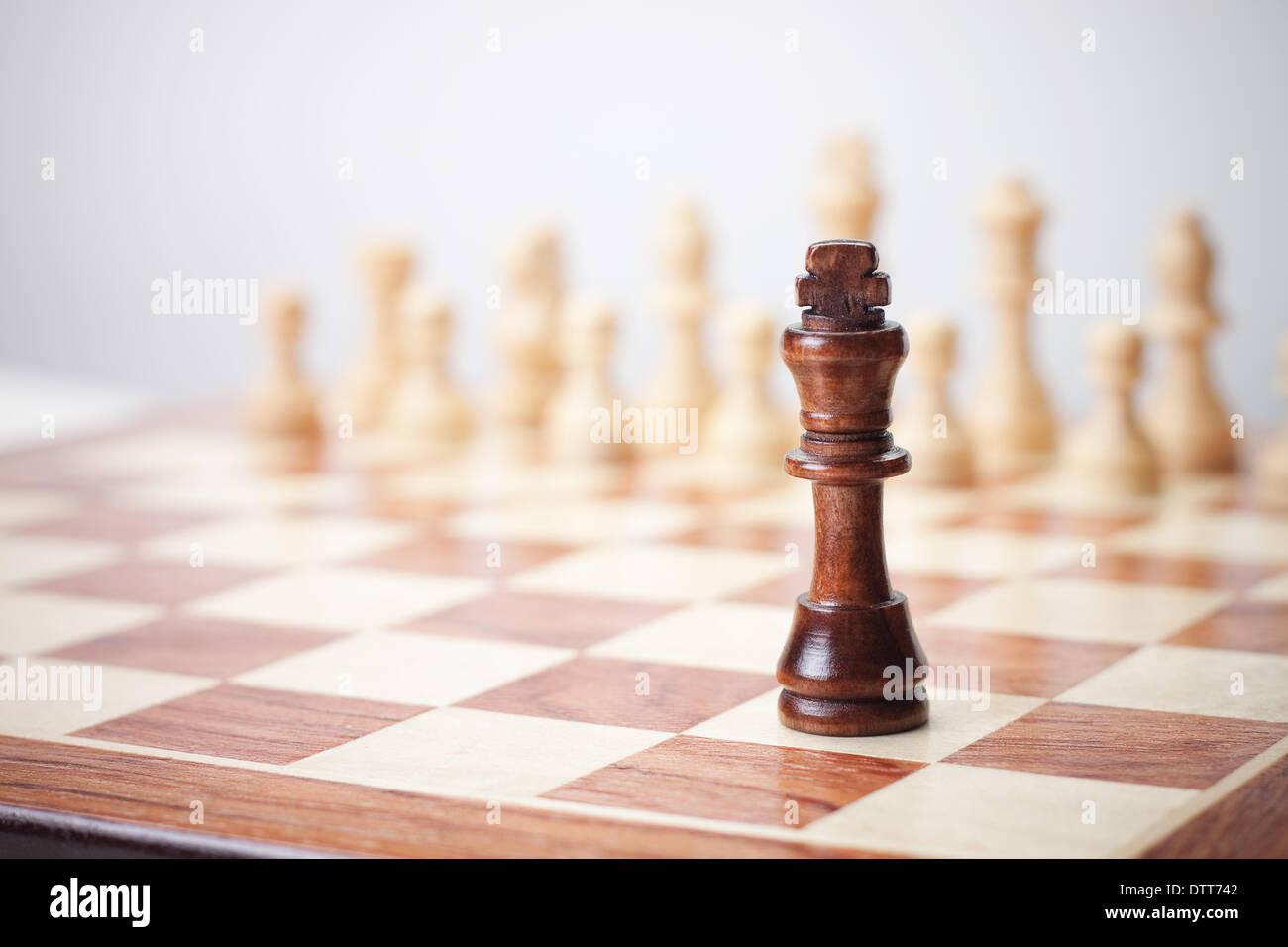 Schach-Konzept auf dem grauen Hintergrund Stockbild