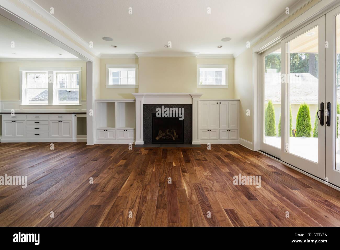 Kamin Und Einem Eingebauten Regale Im Wohnzimmer Stockfotografie Alamy