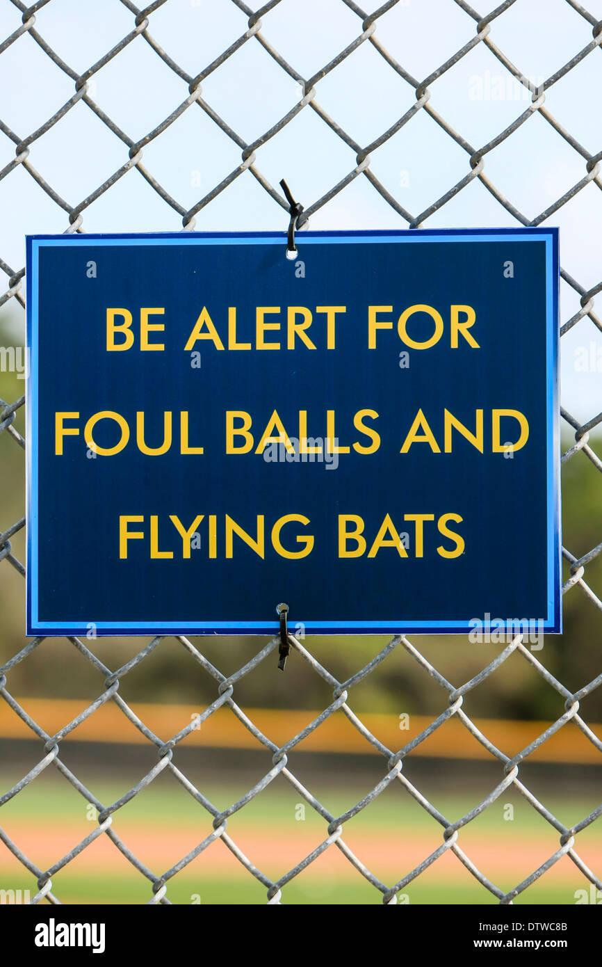 Zeichen: Seien Sie wachsam für Foul Balls und fliegende Fledermäuse Stockbild