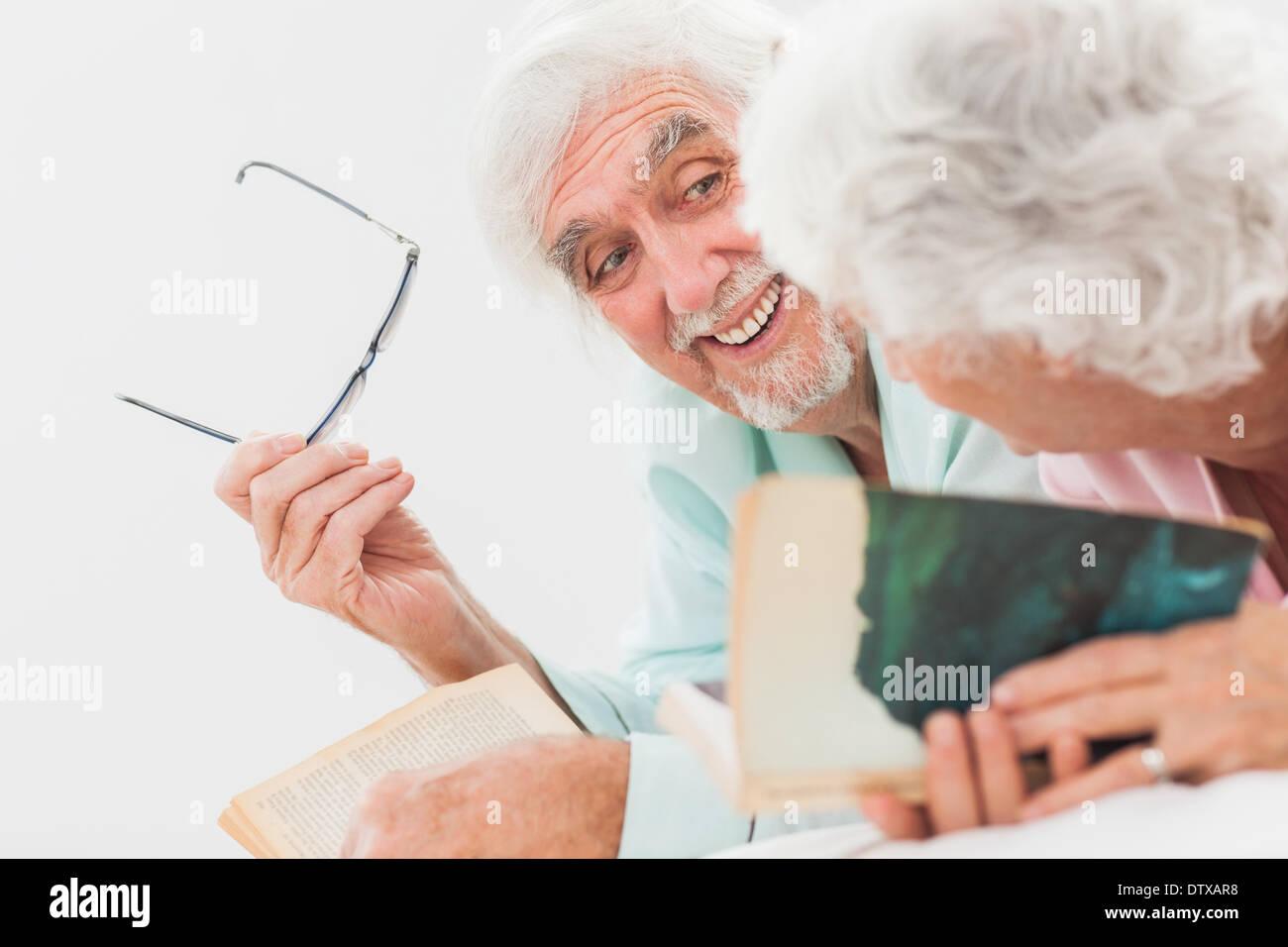 Mann lächelte Frau im Bett Stockfoto, Bild: 66962092 - Alamy