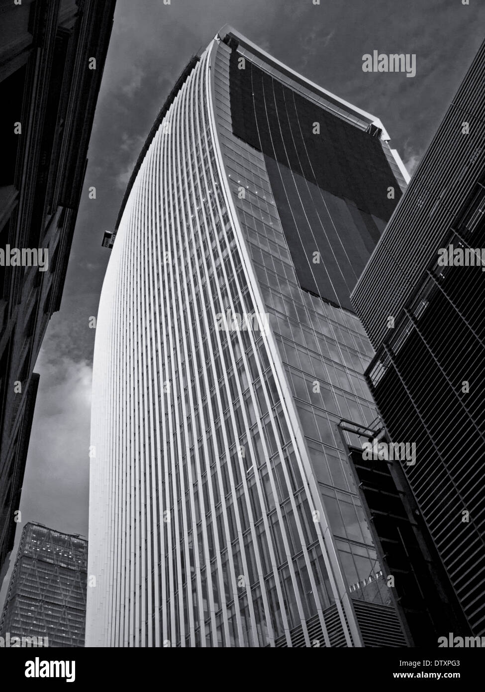 20 Fenchurch Street (The Walkie-Talkie) zeigt das Leadenhall Gebäude in Ferne, City of London, England, UK Stockfoto