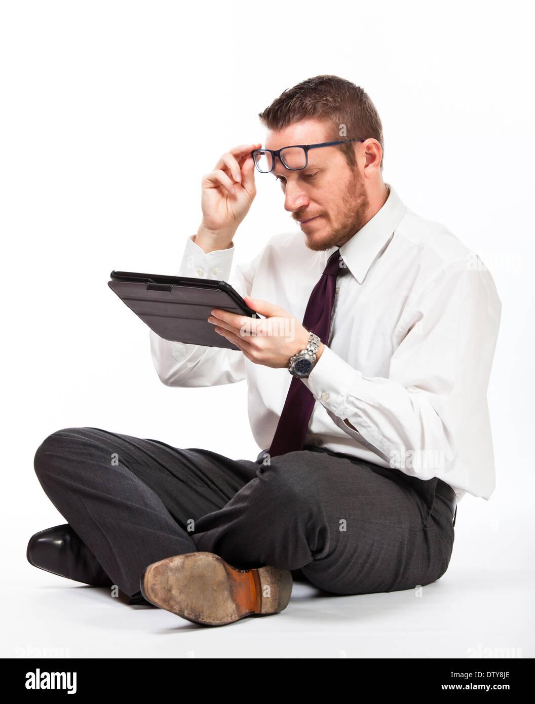 sitzen Sie Geschäftsmann mit Tablem isoliert auf weiss Stockbild