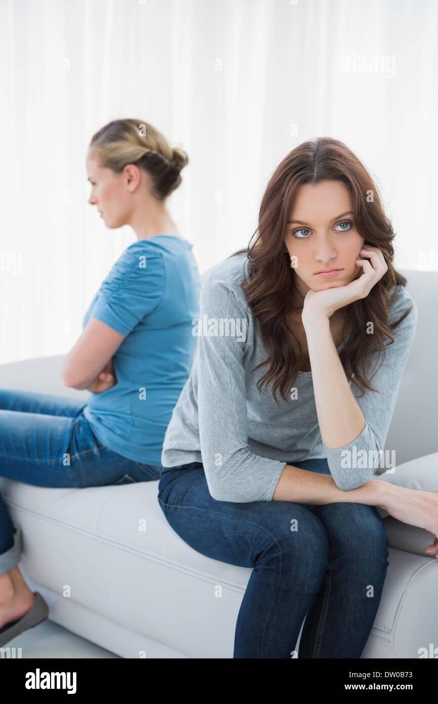 Böse Frauen nach Tiff nicht sprechen Stockbild