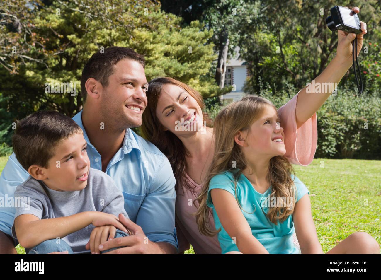 Glückliche Familie in einem Park Fotos Stockbild