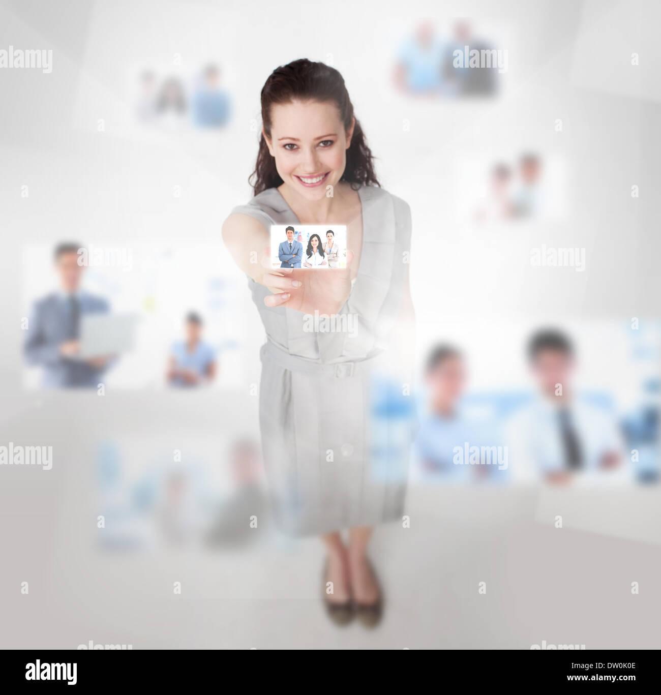 Lächelnde attraktive Frau Fang ein Bild Stockfoto
