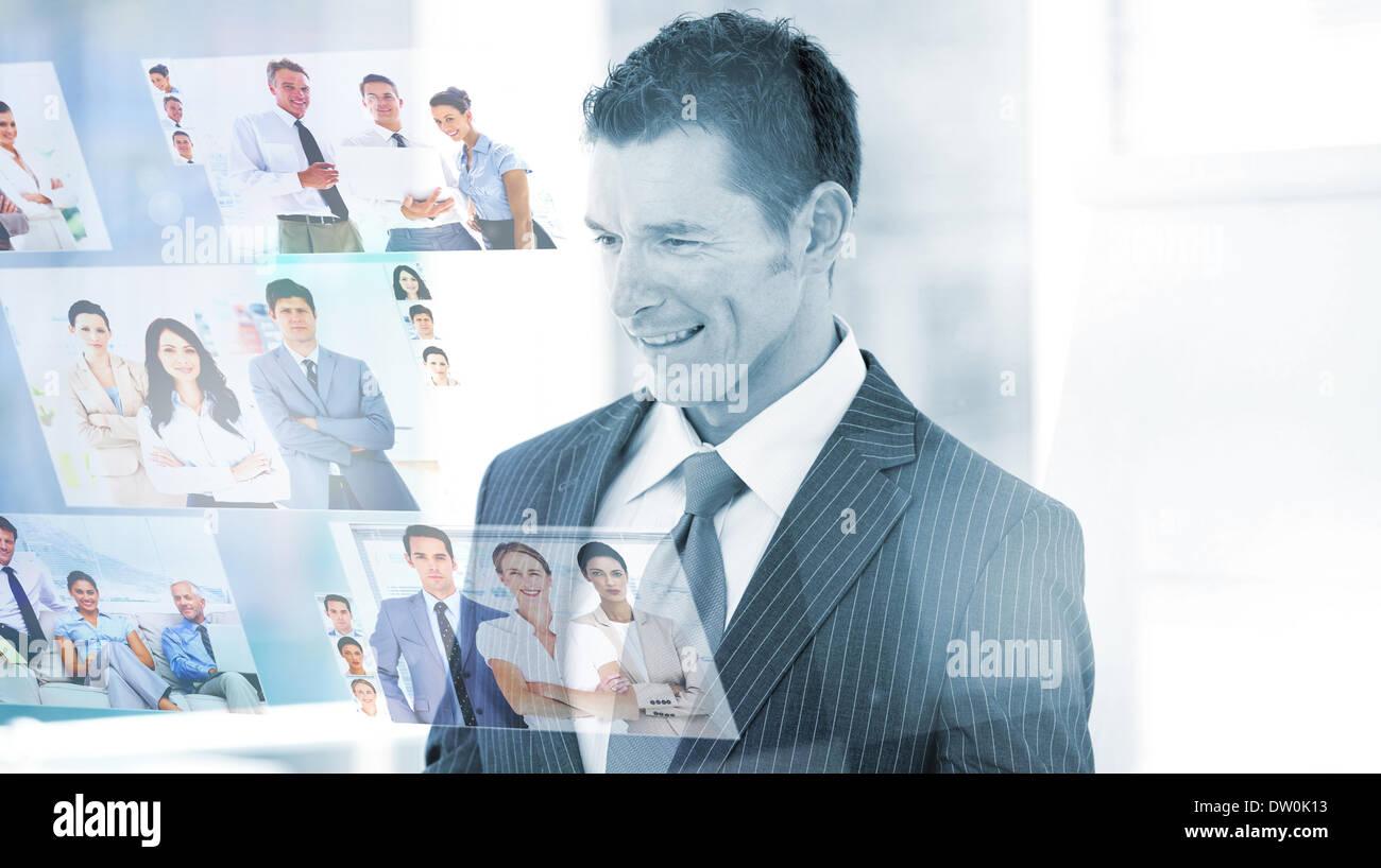 Zufrieden Unternehmer betrachten von Bildern Stockbild