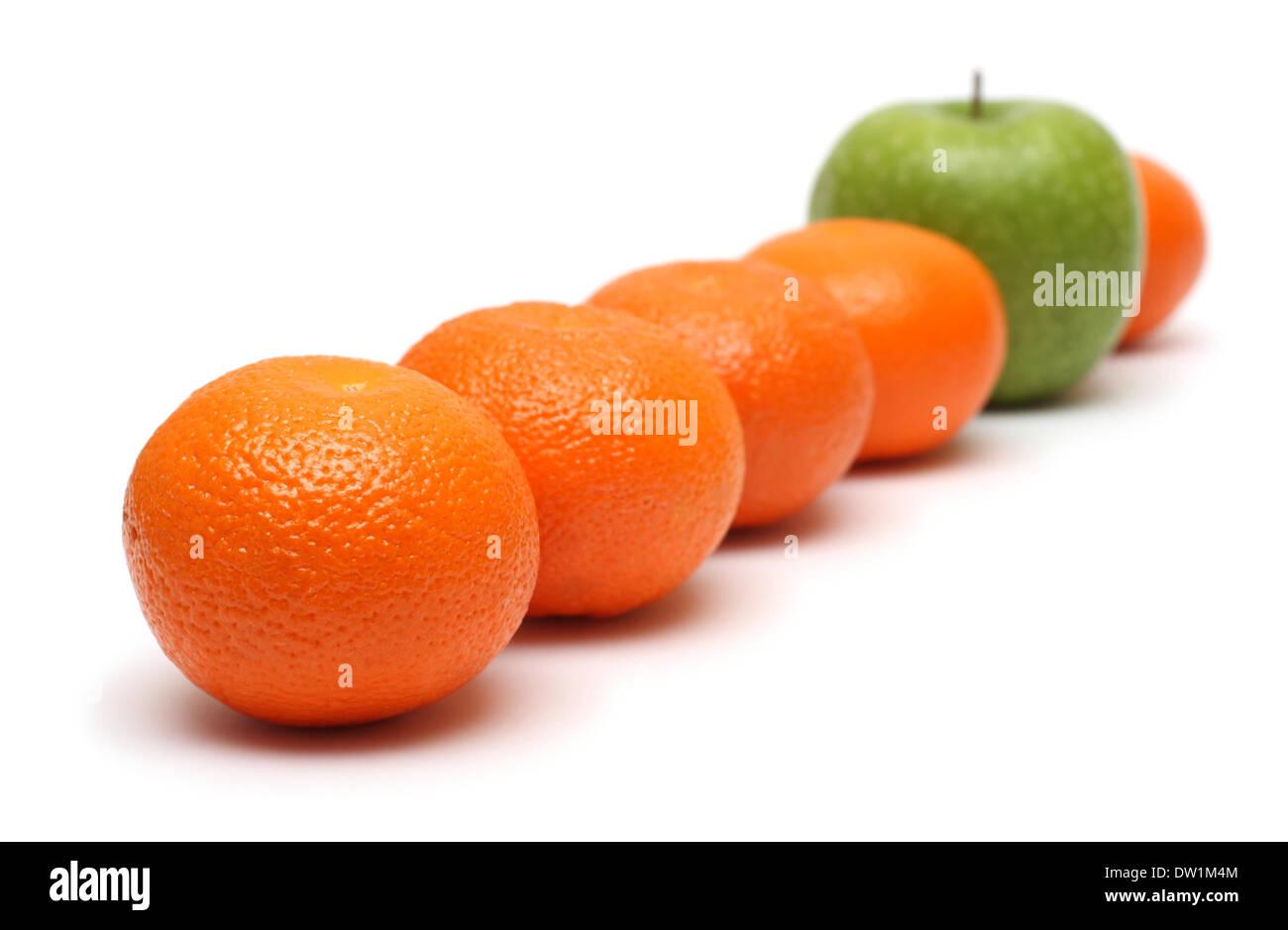 unterschiedliche Konzepte mit Mandarinen und Apfel Stockbild