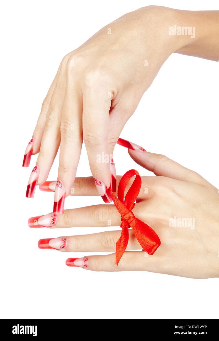Hände mit roten französischer Acryl-Nägel Maniküre und Malerei mit ...