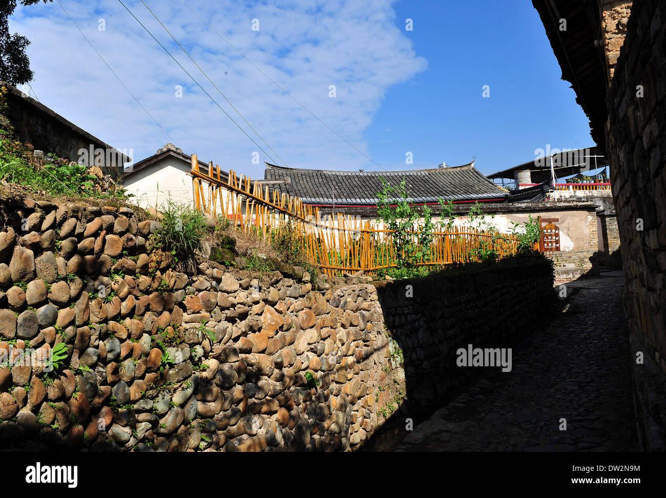Guangzhou. 23. Februar 2014. Foto am 23. Februar 2014 zeigt ein altes Dorf in Baihou Stadt in der südchinesischen Provinz Guangdong Dabu County Meizhou Stadt. Entwicklung des Tourismus und Stärkung der Infrastrukturbau machen Industrie und Umwelt in den letzten Jahren in ländlichen Gebieten von Meizhou Stadt harmonisch nebeneinander existieren. © Lu Hanxin/Xinhua/Alamy Live-Nachrichten Stockbild