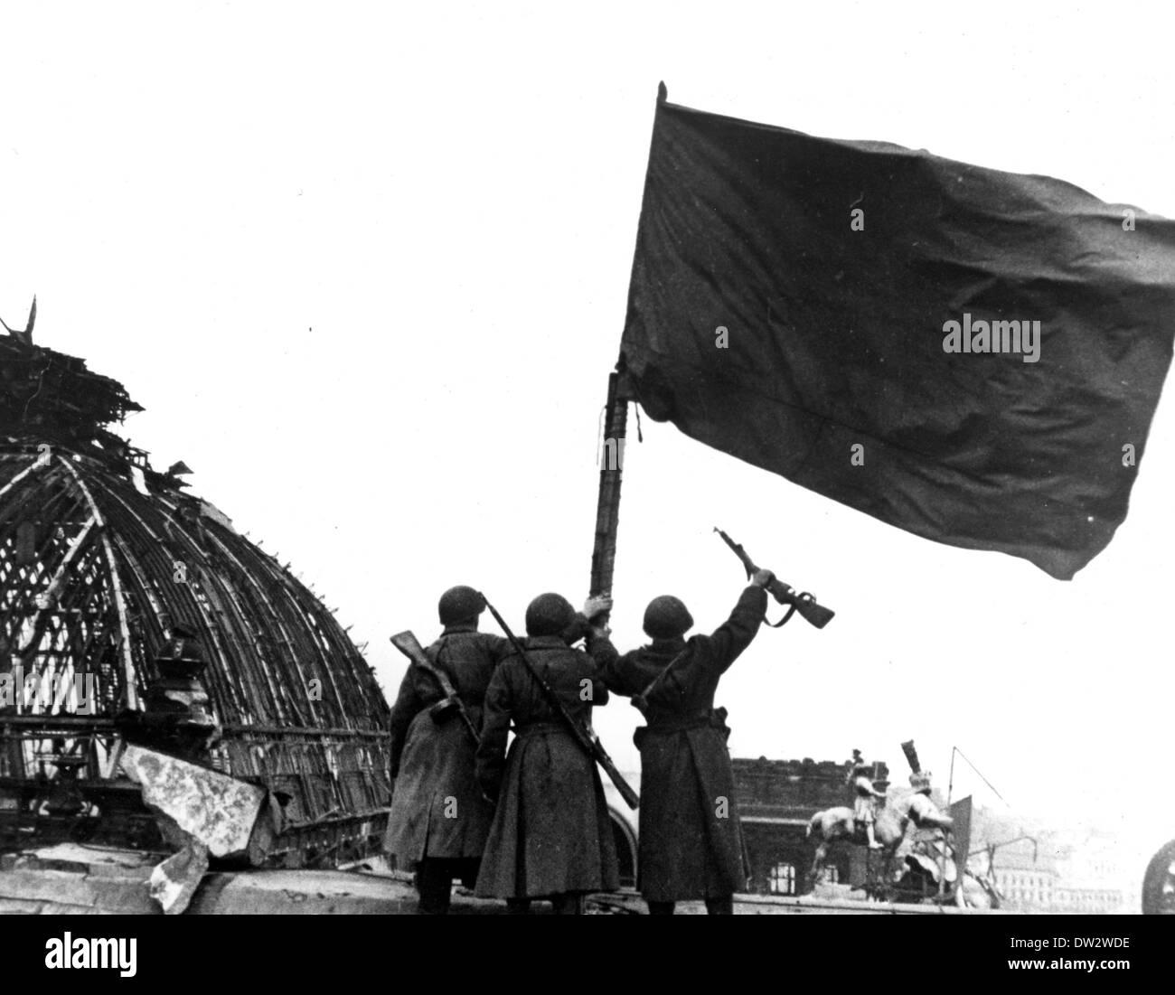 Ende des Krieges in Berlin 1945 - sowjetischen Soldaten erhöhen die ...