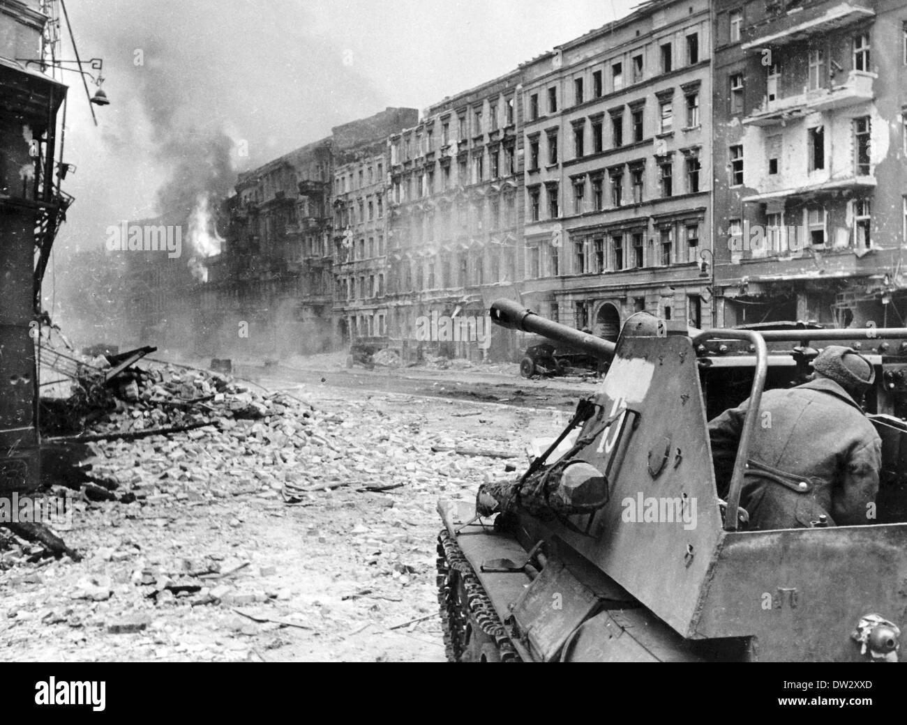 Ende des Krieges 1945 - Vormarsch der Roten Armee in den Straßen von ...