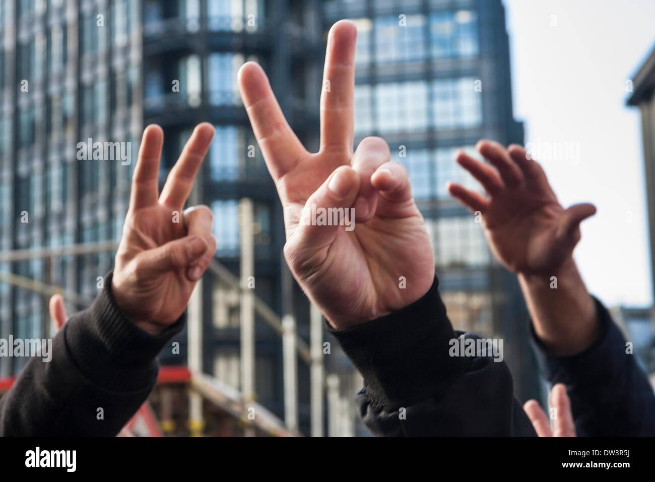 Old Bailey, London 26. Februar 2014. Hände machen die 'V'-Zeichen als Mitglieder von mehreren rechten nationalistischen Gruppen versammelten sich im Old Bailey vor der Verurteilung von Michael Adebolajo und Michael Adebowale, britischen Soldat Schlagzeuger Lee Rigby in Woolwich im Mai 2013 ermordet. Bildnachweis: Paul Davey/Alamy Live-Nachrichten Stockbild