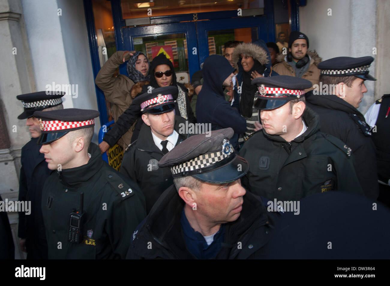 Old Bailey, London 26. Februar 2014. Polizei schützen eine Gruppe von Frauen, nachdem sie auf der Straße, als Mitglieder von mehreren rechtsextremen nationalistischen Gruppen versammelten sich im Old Bailey vor der Verurteilung von Michael Adebolajo und Michael Adebowale bedroht waren, britischen Soldat Schlagzeuger Lee Rigby ermordet. Bildnachweis: Paul Davey/Alamy Live-Nachrichten Stockbild