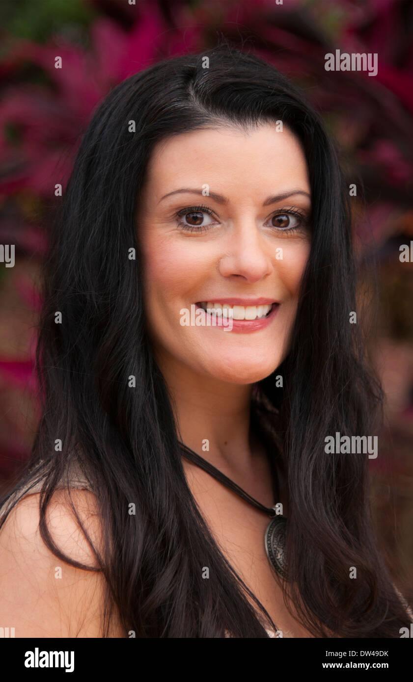 attraktive Frau in ihren 40ern Porträt und Lächeln und Energie im freien Stockbild