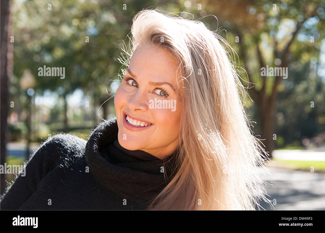 Testimonial der junge attraktive 50-jährige Frau lächelnd