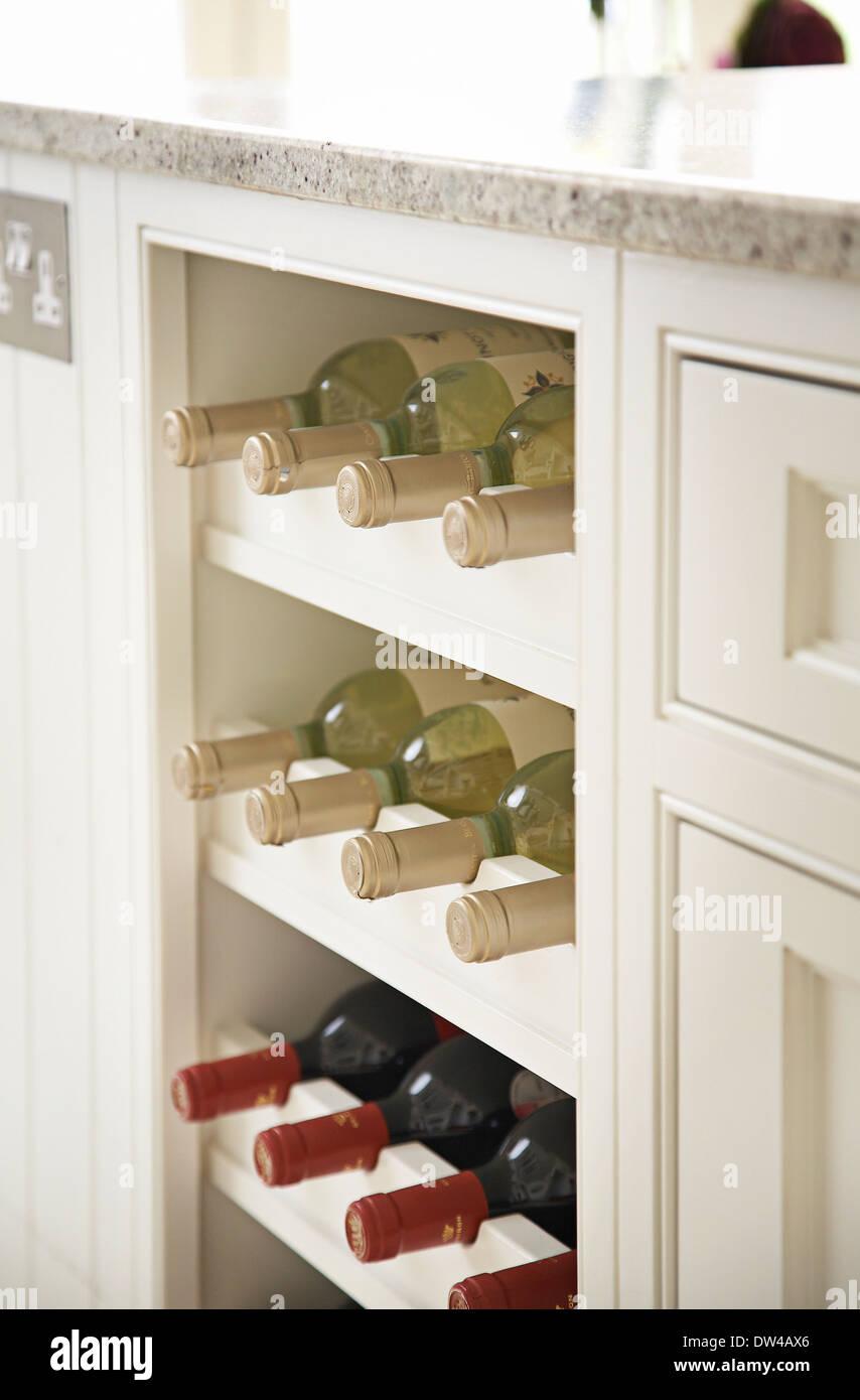Weinregal mit Weinflaschen in einer modernen britischen Küche, UK ...