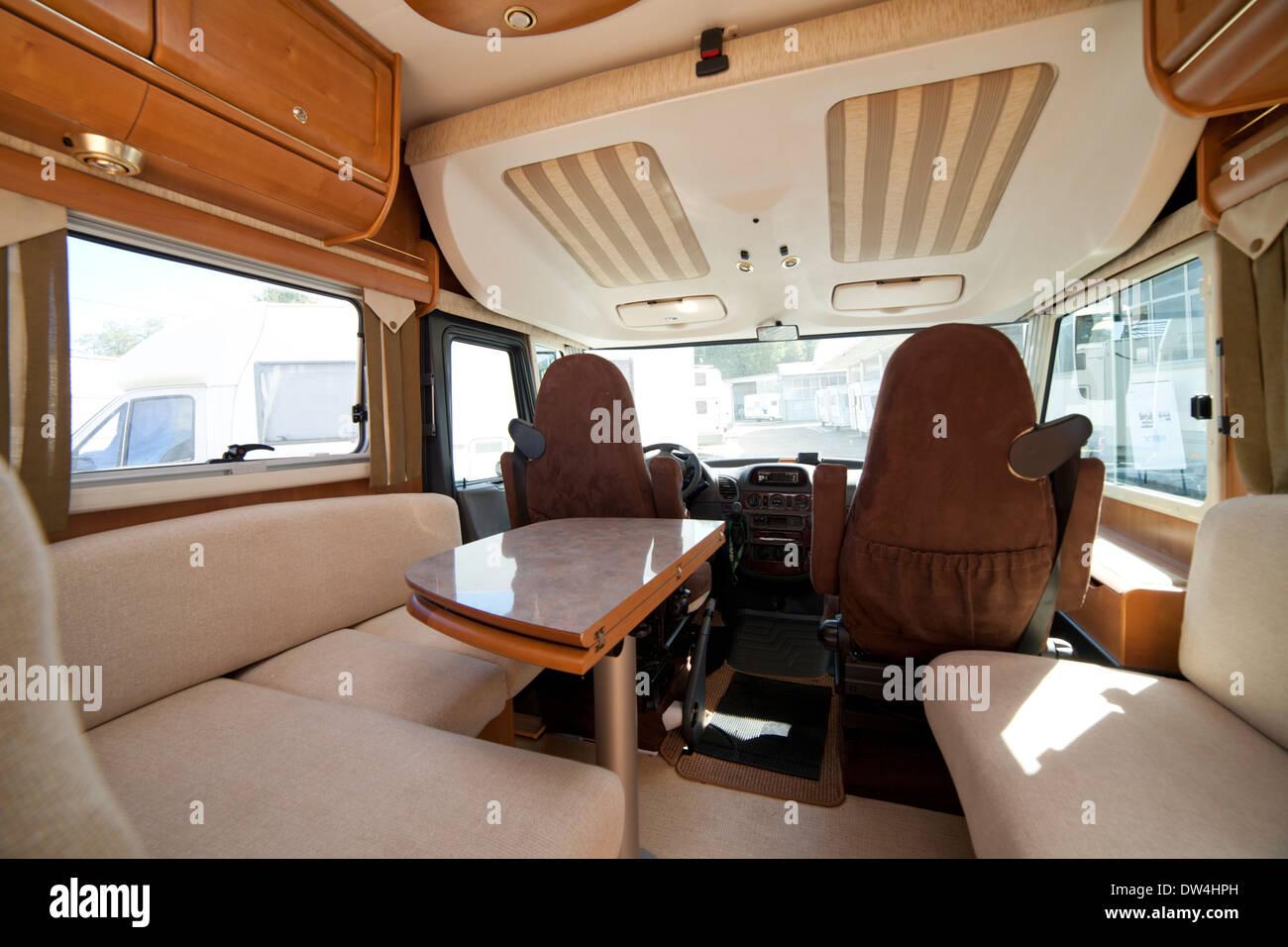 camper van wohnmobil vorne teil innen mit tisch und st hlen stockfoto bild 67099273 alamy. Black Bedroom Furniture Sets. Home Design Ideas