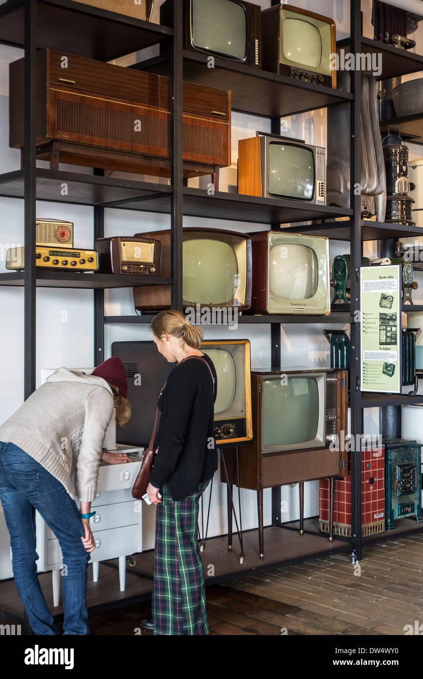 Vintage Haushaltsgeräte wie Radios, Fernseher und Heizungen aus den fünfziger- und Sechzigerjahren bei MIAT, Industriemuseum, Gent, Belgien Stockbild
