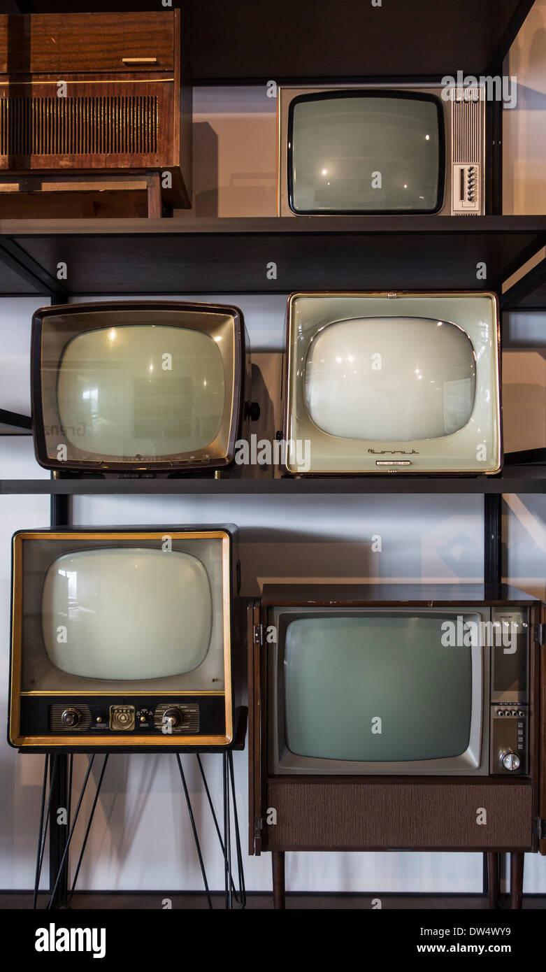 Vintage TV-Geräte und Fernsehempfänger aus den fünfziger- und Sechzigerjahren bei MIAT, industrielle Archäologiemuseum, Gent, Belgien Stockbild