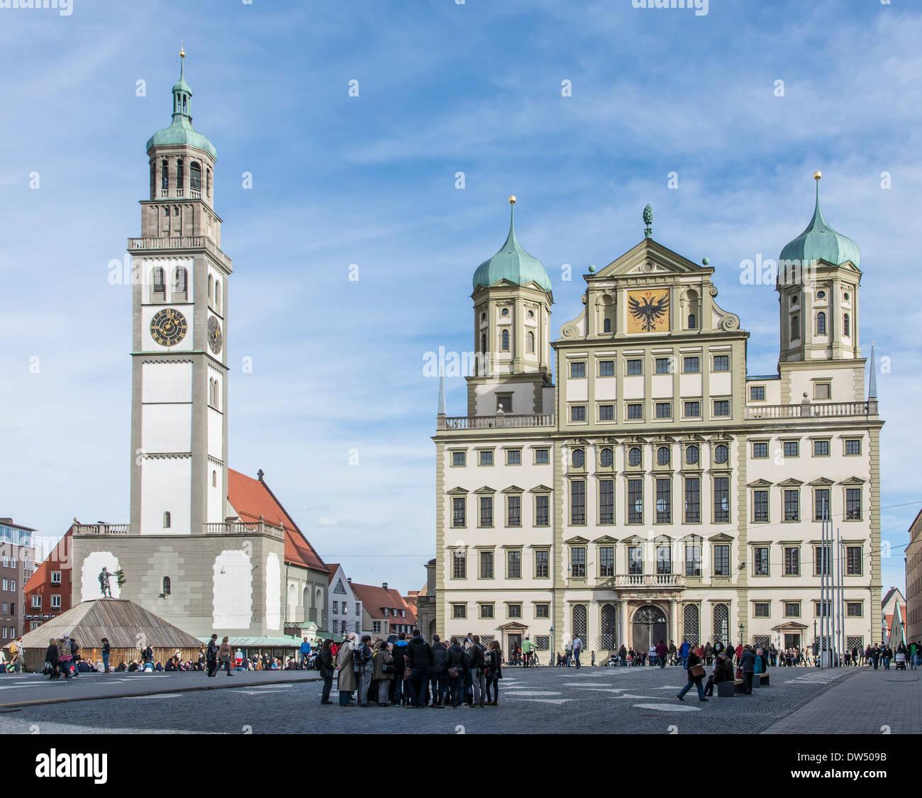 Touristen auf einem Marktplatz in Augsburg, Deutschland Stockbild