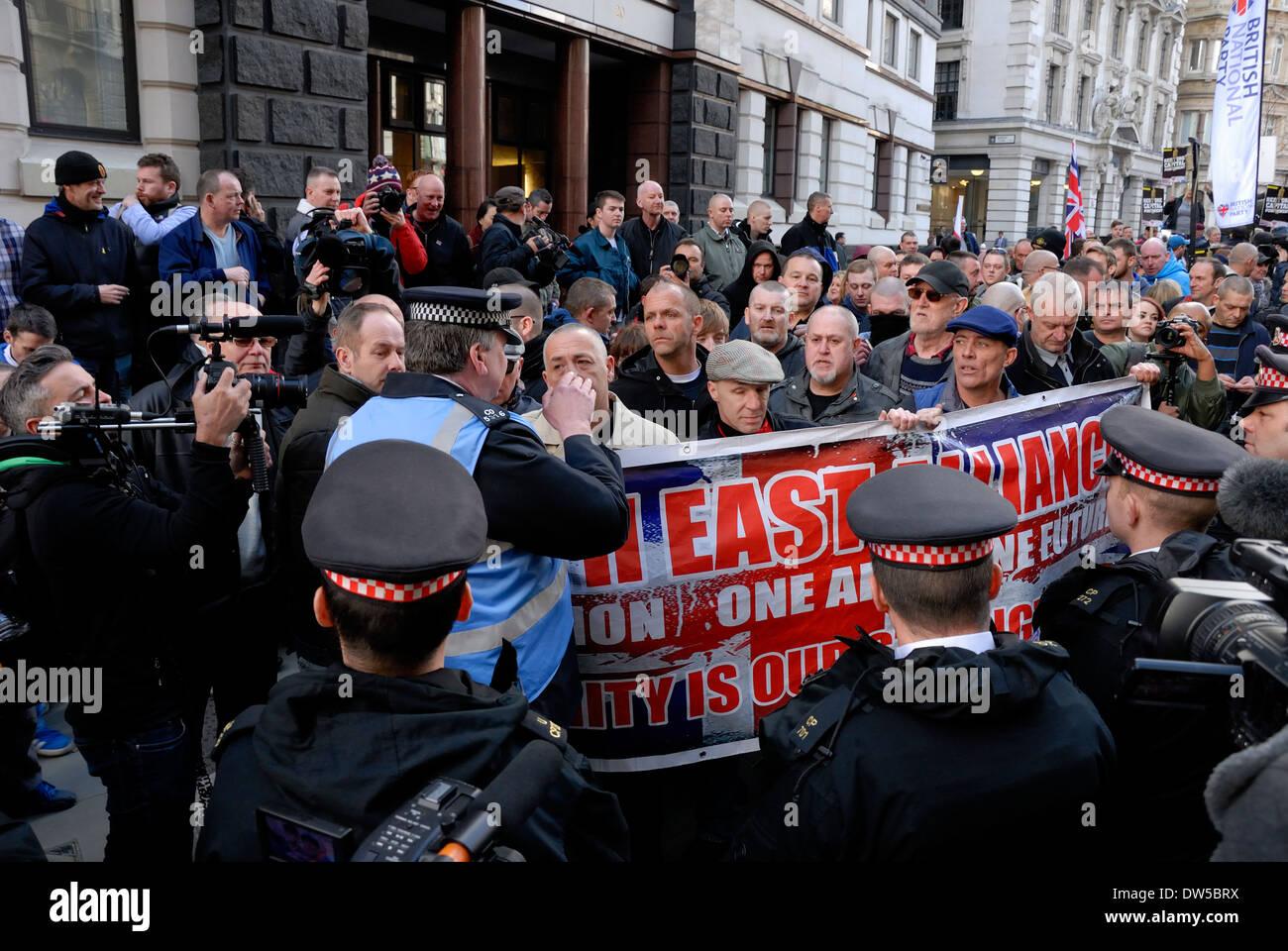 Konfrontation zwischen Polizei und Demonstranten außerhalb der alten Baily während die Verurteilung Lee Rigbys Mörder, Februar 2014 Stockbild
