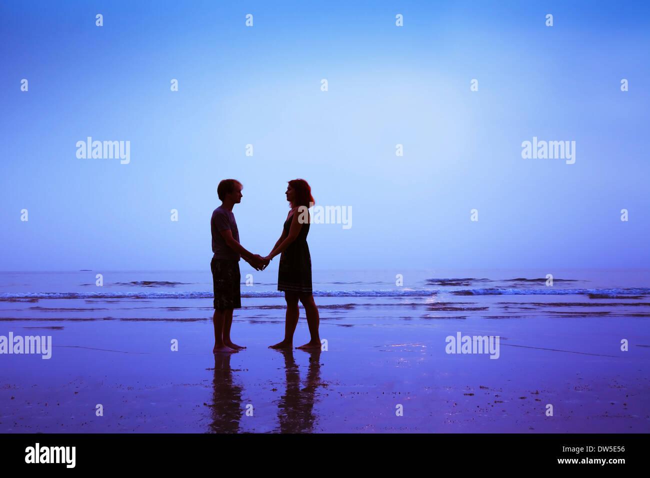 Mann und Frau, glücklich Liebespaar am Strand Stockbild