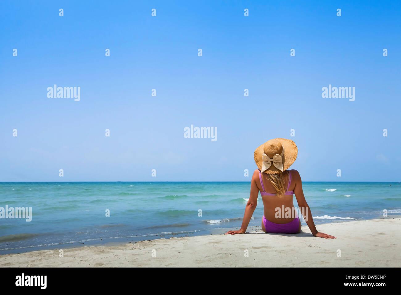 Frau im Bikini am Strand Stockfoto