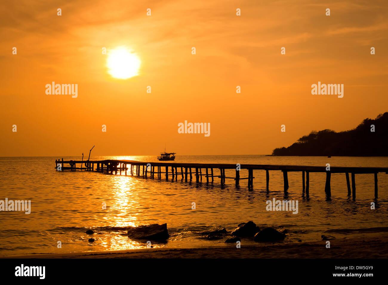 tropischer Strand bei Sonnenuntergang Stockbild