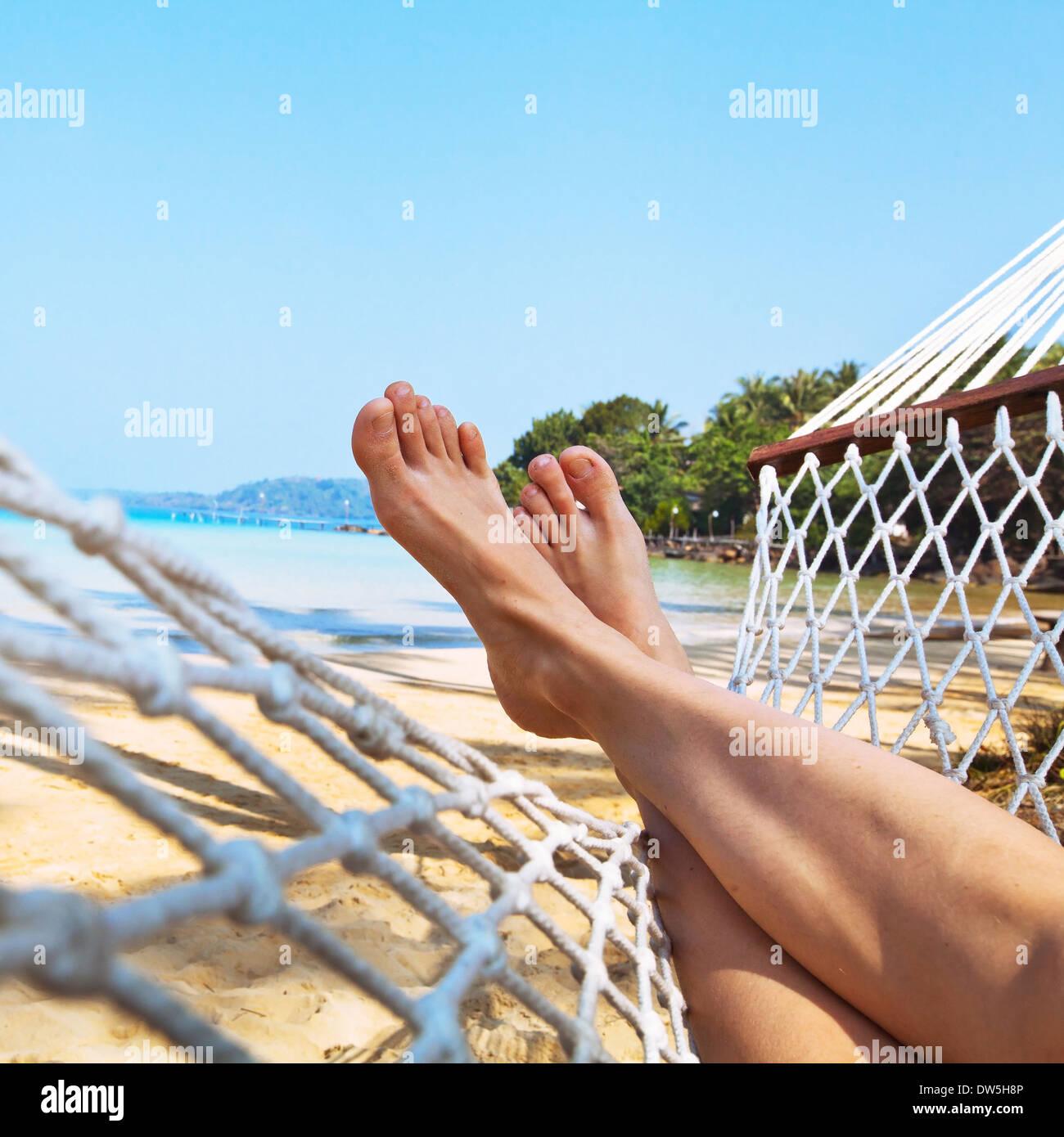 Entspannen Sie sich am Strand in der Hängematte Stockbild