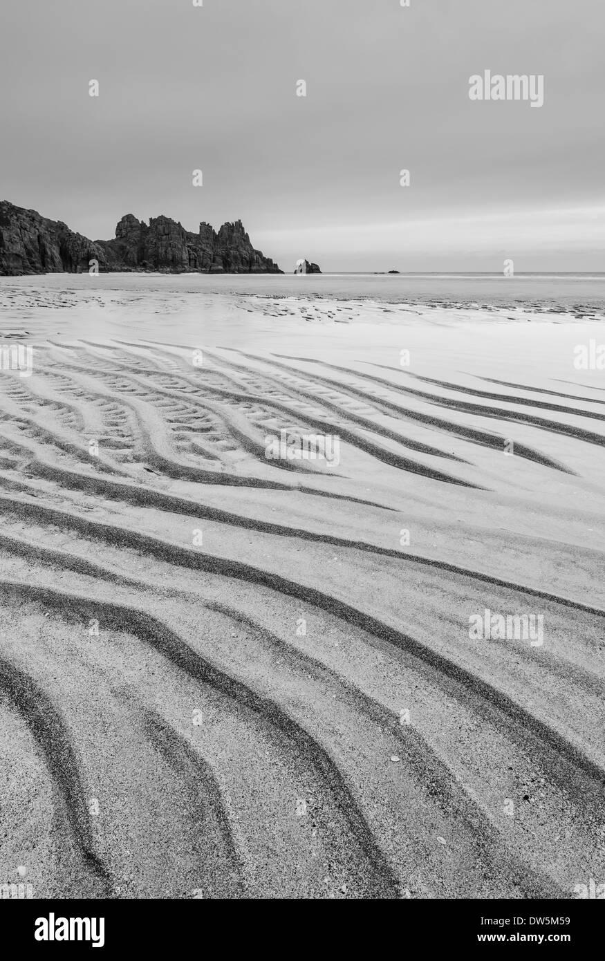 Sand kräuselt sich bei Ebbe am Pednvounder Strand, Cornwall, England. Winter (Februar) 2013 Stockbild
