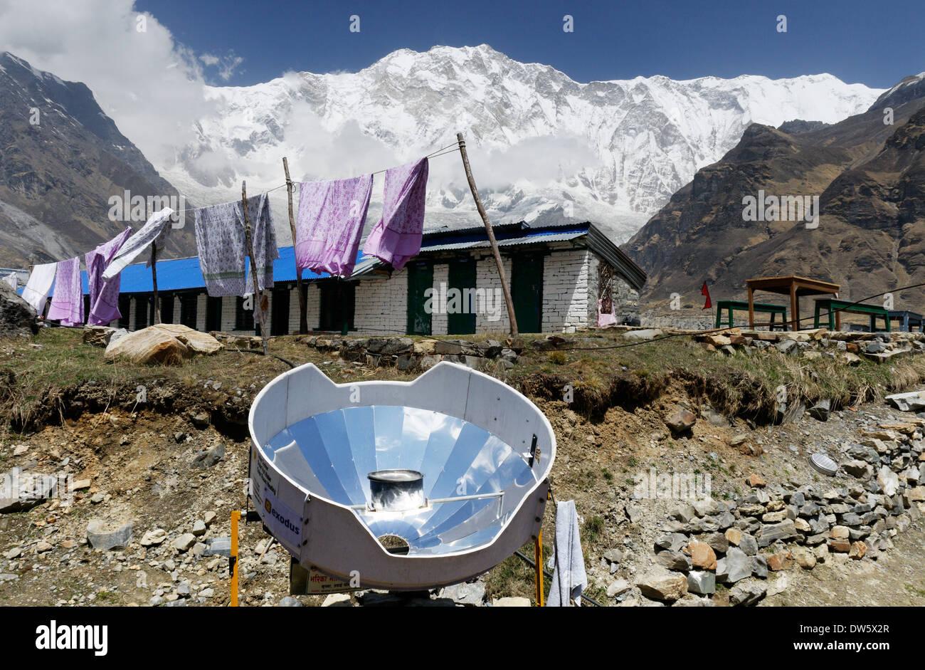 Ein Parabolspiegel zur Erwärmung von Wasser in Nepal, verwendet als Alternative zu schneiden und die Verbrennung von Holz Stockbild
