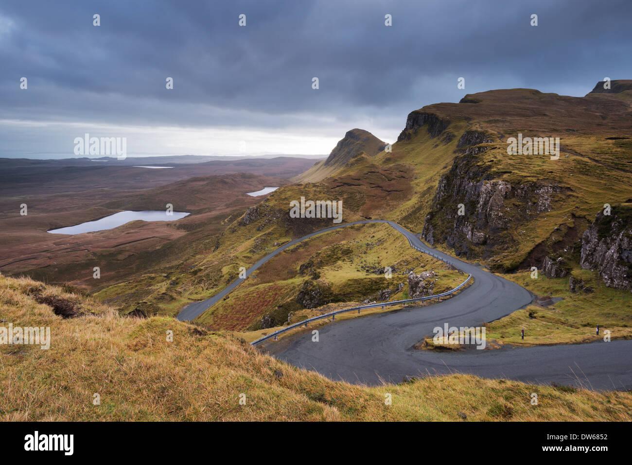 Kurvenreiche Straße führt durch Berge, Quiraing, Isle Of Skye, Schottland. Winter (Dezember) 2013. Stockbild