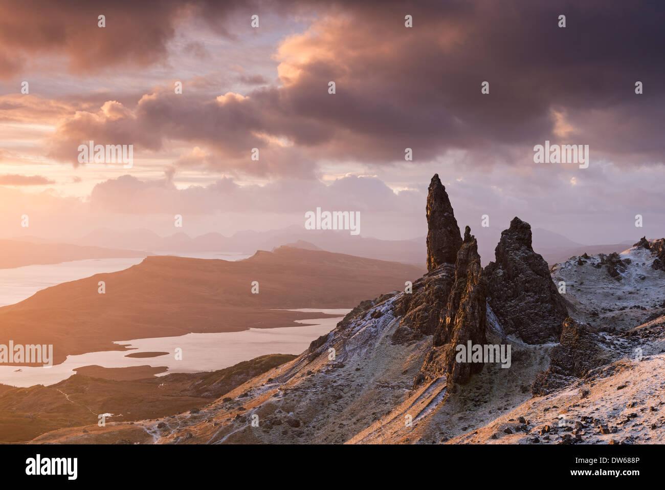 Schönen Sonnenaufgang über dem Schnee bestäubt Old Man of Storr, Isle Of Skye, Schottland. Winter (Dezember) 2013. Stockbild
