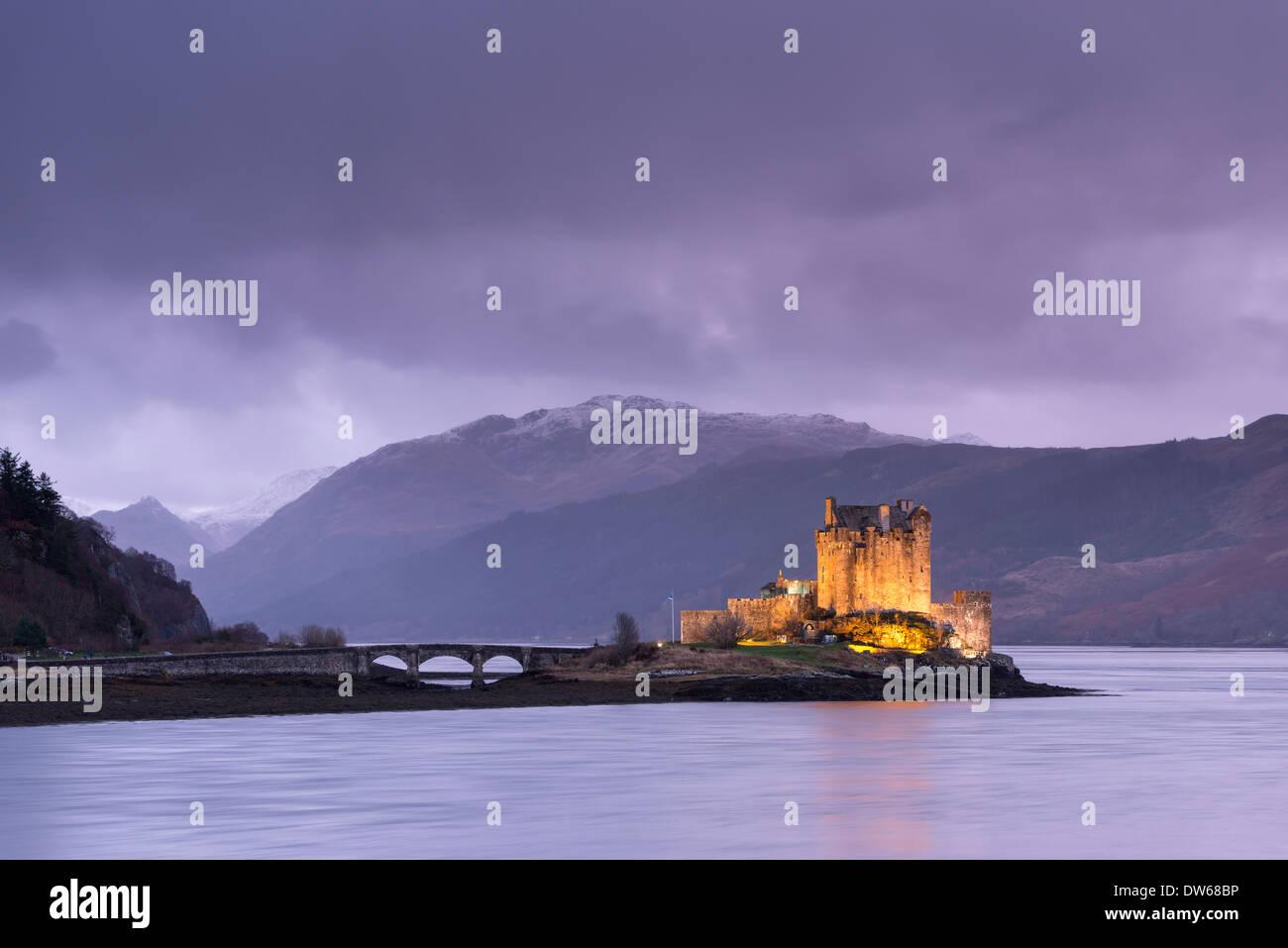 Dämmerung über Eilean Donan Castle am Loch Duich, Dornie, Schottland. Winter (Dezember) 2013. Stockbild