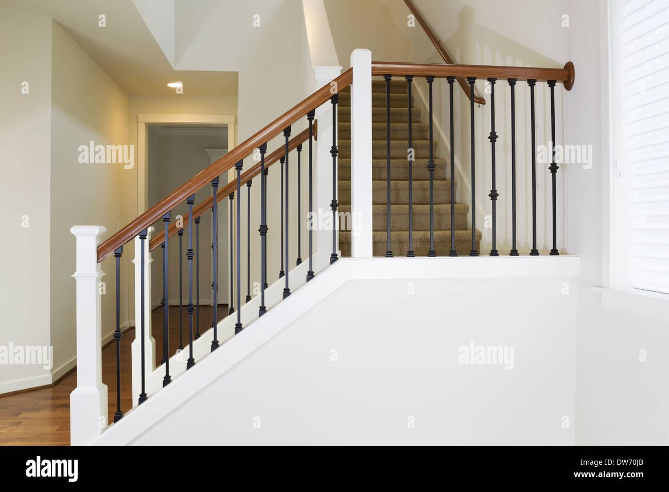 Horizontale Foto Von Wohn Haus Treppe Aus Eisen Und Holz Mit Teppich