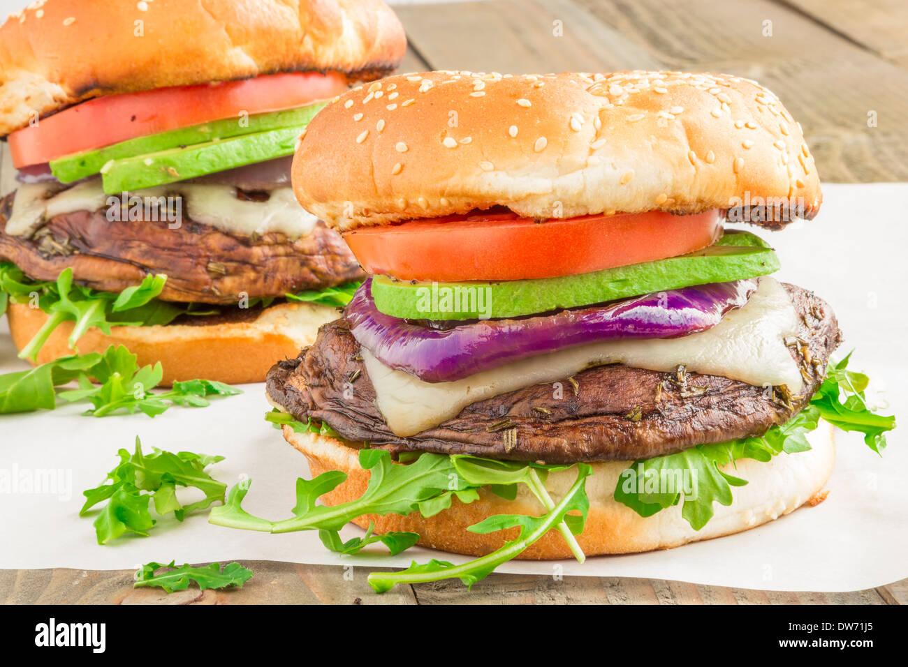 Portobello Burger Auf Einem Bett Aus Rucola Garniert Mit Schweizer